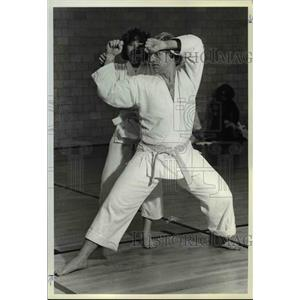 1981 Press Photo Dr. Alfred Alschuler & daughter, Lisa at their karate class