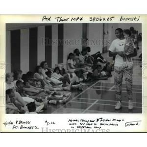 1990 Press Photo Mychal Thompson and son give pep talk to basketball camp.