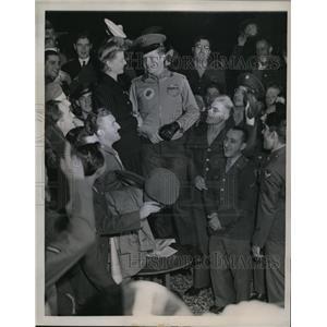 1943 Press Photo Ann Sheridan at Chico Servicemens Center wit hCpl John Malik