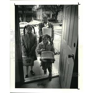 1988 Press Photo Barbara Ganaway and daughters Jasmine and Nicole at a new home