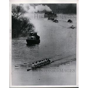 1951 Press Photo Cambridge University crew at practice on busy river