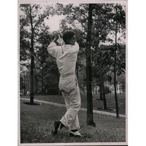 1936 Press Photo Frank Strafaci playing iron shot in rough at golf tournament