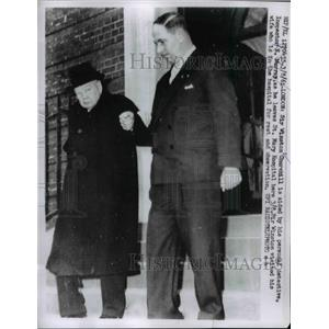 1961 Press Photo Sir Winston Churchill aided by his personal Inspector E.Murray