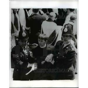 1970 Press Photo Demonstrating clergyman led away by police at Canterbury