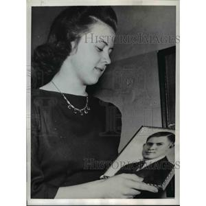 1942 Press Photo Iola Christianson with the photo of her Sweetheart in Ireland