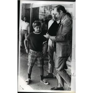 1971 Press Photo Canadian Primes Minister Pierre Trudeau signs autograph