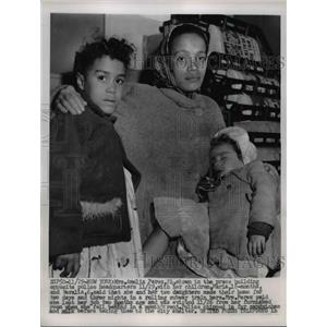 1955 Press Photo Amelia Perez With Her Children  - nee91305