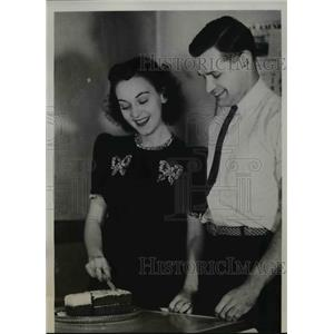 1939 Press Photo Merrie Kristmas And Her Husband Andy Hisznyk In Their Kitchen