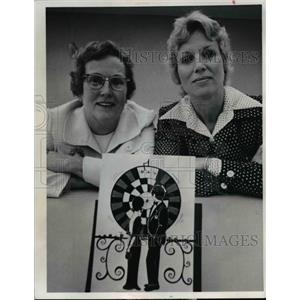 1974 Press Photo Mrs. Edward Ismond and Mrs. Tom Podwoski  - nee92873