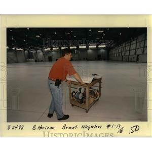 1998 Press Photo Horizon Airlines Worker - ora99095