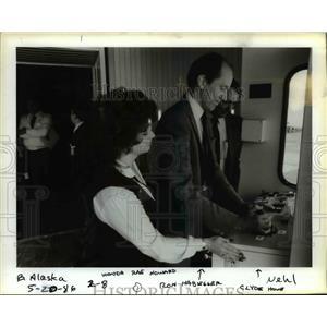 1986 Press Photo Wonda Rae Howard,Ron Habegger and Clyde Howe of Alaska Airlines