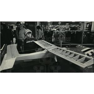 1986 Press Photo Dan Kosio at model plane show at Mayfair Mall in Wauwatosa
