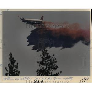1988 Press Photo A Plane Drops Fire Retardant on the Walker Mountain - orb12539