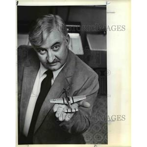 1981 Press Photo Brooks shows 1/72-scale reproduction of P-51 Mustang