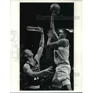 1990 Press Photo No 11 Detlef Schrempf attempts to block John Wiliams