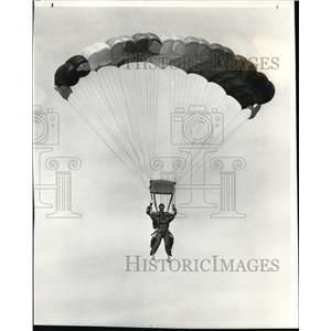 1985 Press Photo Novice jumber Julie Klasson gets feel of parachute ride as Stev