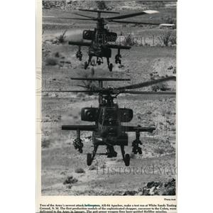 1984 Press Photo newest army attack helicopters AH-64 Apaches making a test run.
