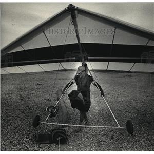 1987 Press Photo Mike Leffert, carried hand glider after training flight