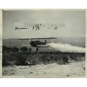 1932 Press Photo Plane Flies Low Dusts Parasite Killing Acids on Calif. Fields