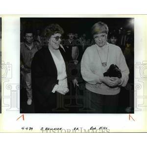 1985 Press Photo Sisters' reunion at Portland International; Airport - orb41007