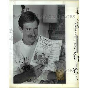 1990 Press Photo Russell Lomax Shows Flier that helped Bring Him home - ora53741