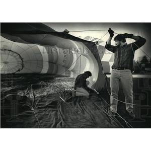 1988 Press Photo Britton & assistant held gondola cables as balloon was inflated