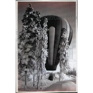 1994 Press Photo Sam Racina lands on a vacant lot next to Alaskaland, Fairbanks