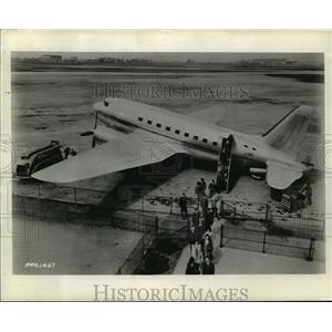 1944 Press Photo Passengers deplaning from the C2-D commercial plane - mja03885