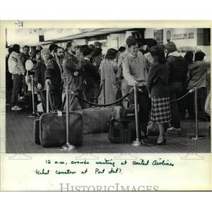 1983 Press Photo Departing passengers line up at Portland International Airport