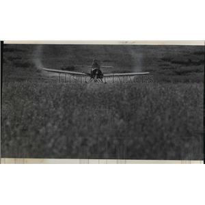 1975 Press Photo Jim Stutesman Flies Plane Crop Dusts Geral Lemke Farm