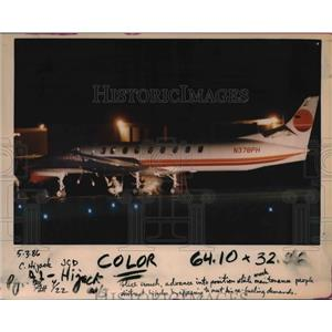 1986 Press Photo Douglas Thomas surrenders after hijacking commuter flight