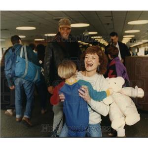 1992 Press Photo Rosalie Robertson welcomes grandson at Spokane Airport