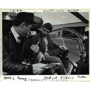 1984 Press Photo Flight service operator, Peery rates student pilot Porter.