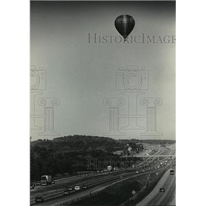 1985 Press Photo Hot Air Balloon Over Interstate 94 in Waukesha County Wisconsin