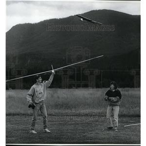 1992 Press Photo Jeff Seaborn & Tara Campbell guiding their miniature airplanes
