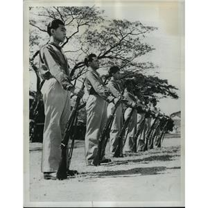 1941 Press Photo Group of Filipino soldiers shown drilling at Fort McKinley