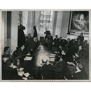 1934 Press Photo New York Mayor La Guardia orders peace during taxi strike NYC