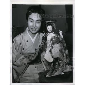 1955 Press Photo New York Mariko Mori shows off Fuji Musume doll NYC