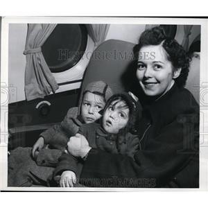 1947 Press Photo New York Ruth Berger and kids fly to Rome for husband NYC