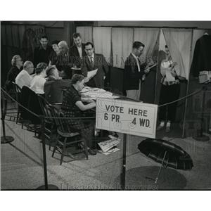 1954 Press Photo citizens cast their ballots at the 4th ward, 6th precinct