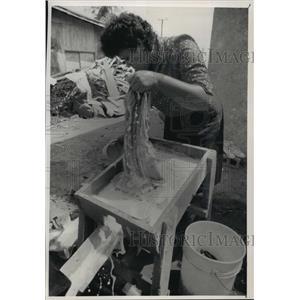 1989 Press Photo Angela Gutierrez washing her clothes - mja05363