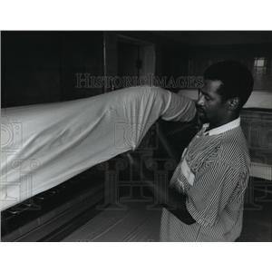 1994 Press Photo Jerry Watkins makes bed in dormitory sec. at Vets Place Central