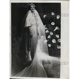 1933 Press Photo Edelmira Ignacia Sampedro in wedding gown designed by Worth.