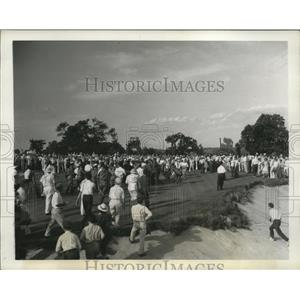 1930 Press Photo Crowd surges in at conclusion of US Open at Spring Mill