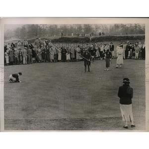 1936 Press Photo Patty Berg lines up putt during Women's Cup practice matches
