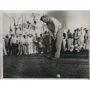 1936 Press Photo Willie Klein putts during the Miami Open & breaks score record