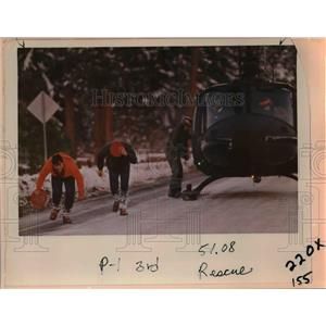 1985 Press Photo Oregon rescue team members and the rescue helicopter