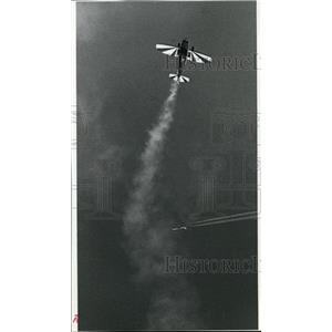 1993 Press Photo Pilot Bob Heale goes into a dive trailing a banner of smoke