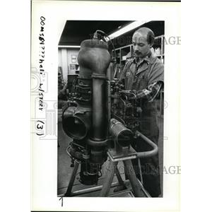 1983 Press Photo Mark Keeler, right, overhauls an Allison 250 turbo-shaft engine