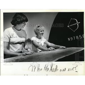 1979 Press Photo Molly Kohnstamm & another lady at Stinsonplane & map